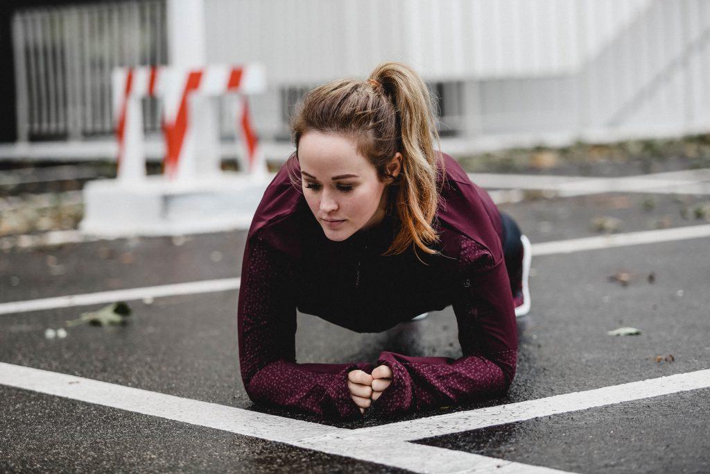 Jen macht eine plank im adidas running outfit