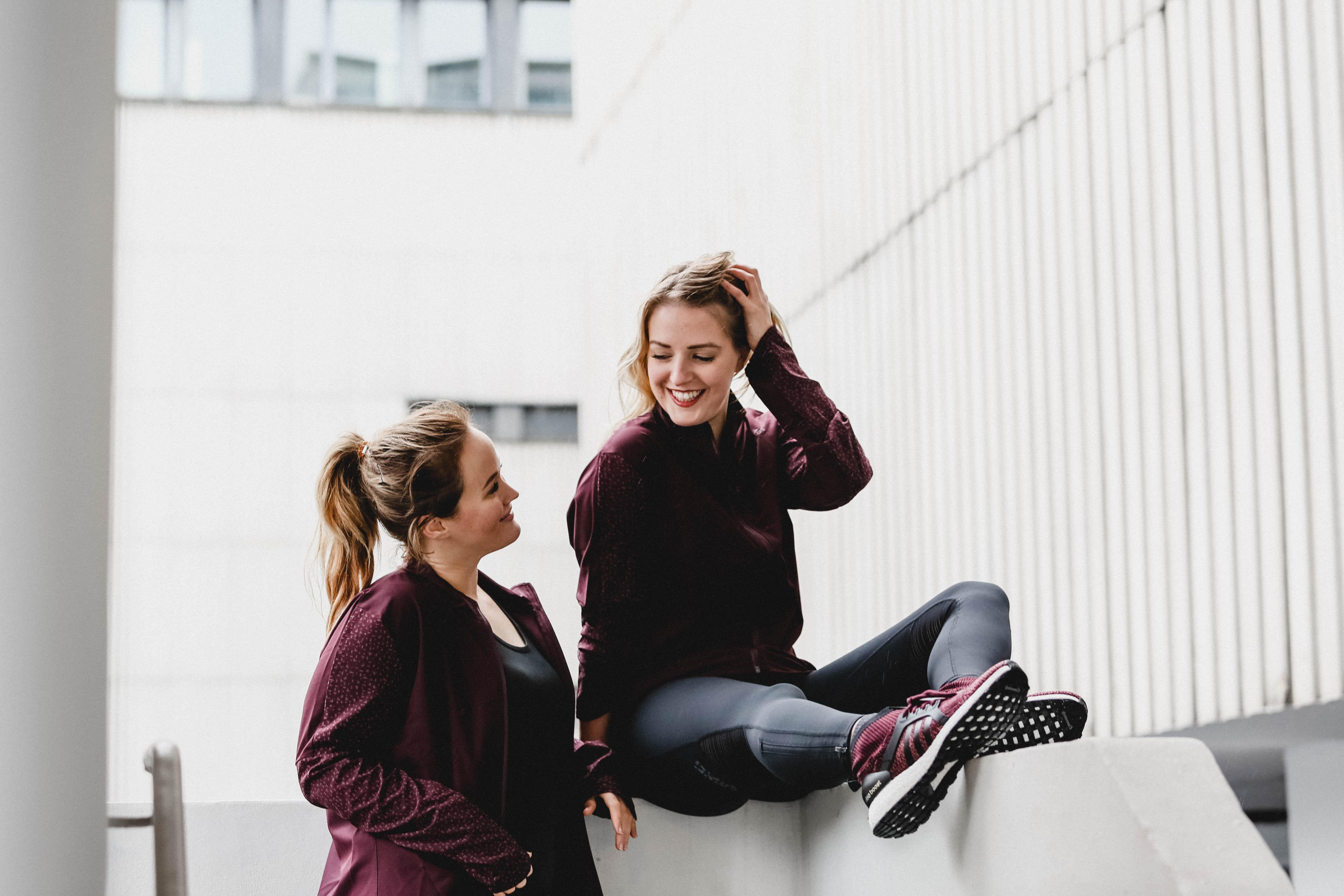 Die Gründerinnen Laura und Jen zusammen im Sportoutfit von adidas