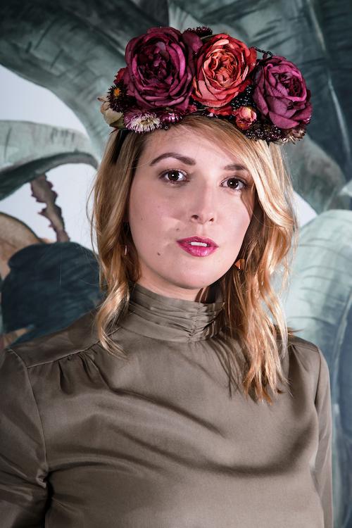 Laura mit einem Blumenkranz von Kopflegenden