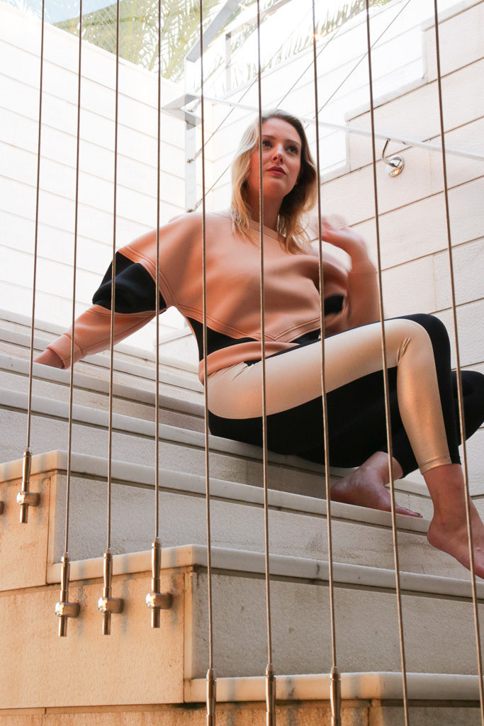 Laura auf einer Treppe angezogen in der neuen Moves Kollektion von Elisabetta Franchi