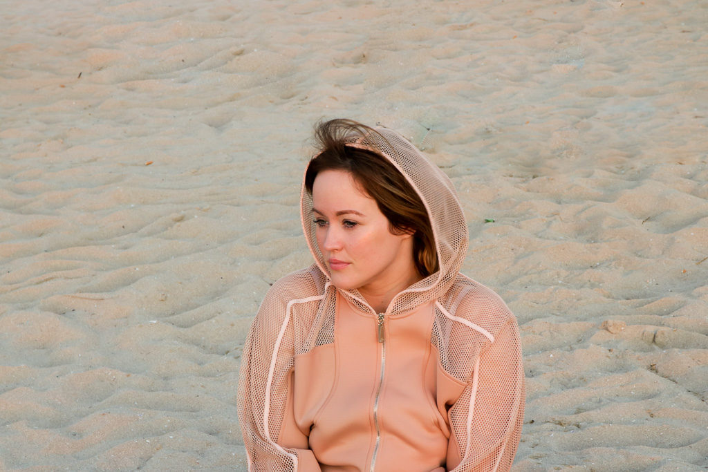 Jen am Strand angezogen in der neuen Moves Kollektion von Elisabetta Franchi