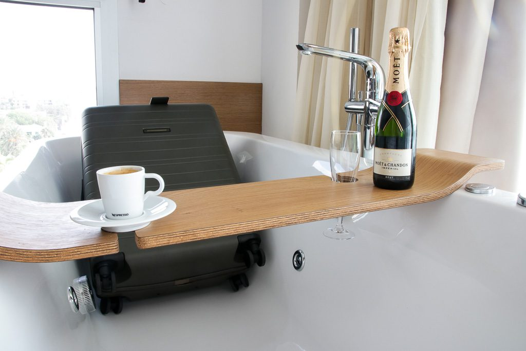 Horizn Studio Koffer in der Badewanne des Pure Salt Garonda Hotels