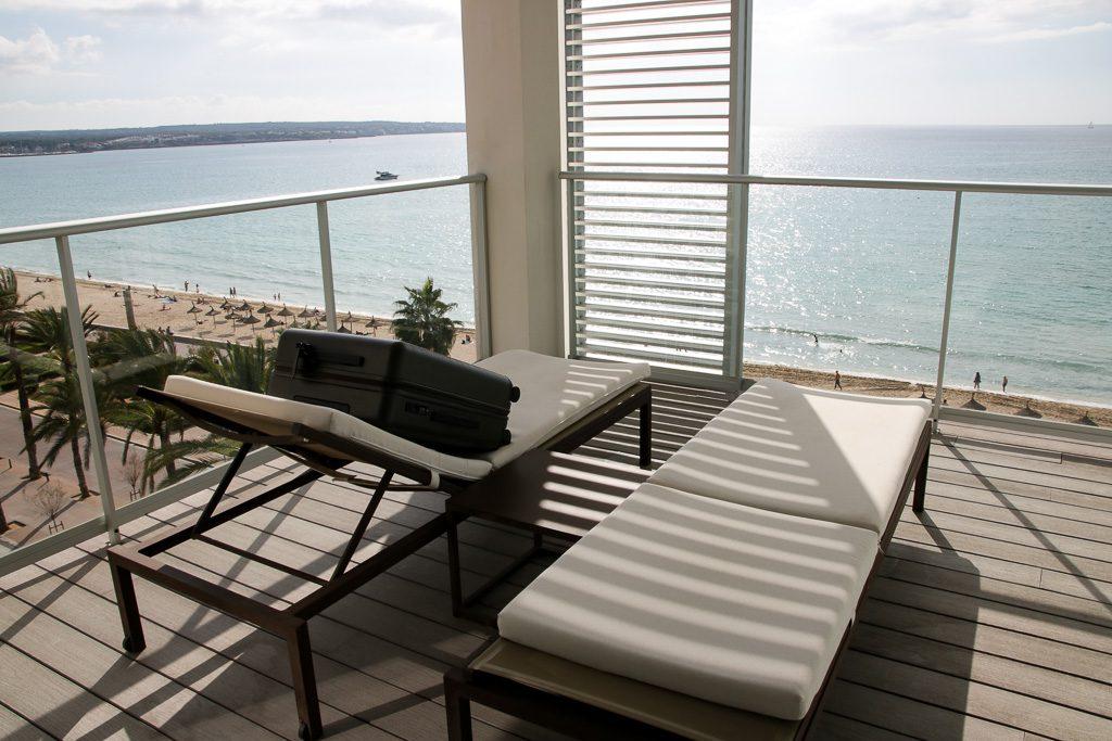 Horizn Studio Koffer auf der Terrasse des Pure Salt Garonda Hotels