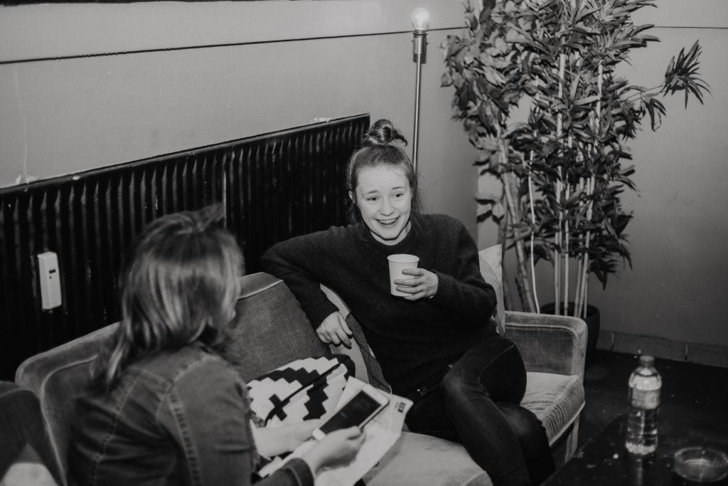 Editorin Jen und Sängerin Sigrid im Musik und Frieden beim Interview