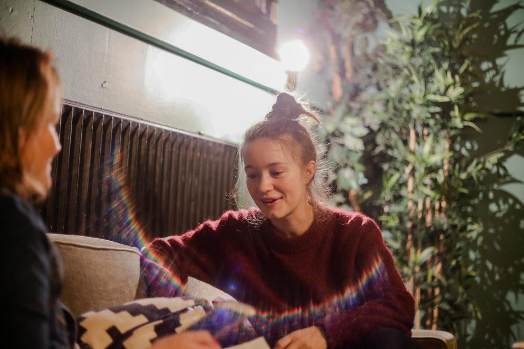 Sängerin Sigrid im Musik und Frieden beim Interview