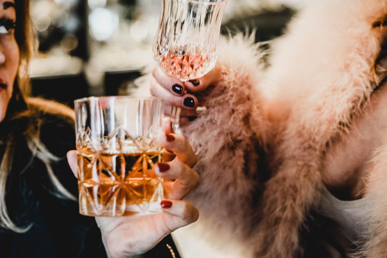 Laura und jen mit Drinks, Champagner Cosmo und Johnny Ginger in der Hand