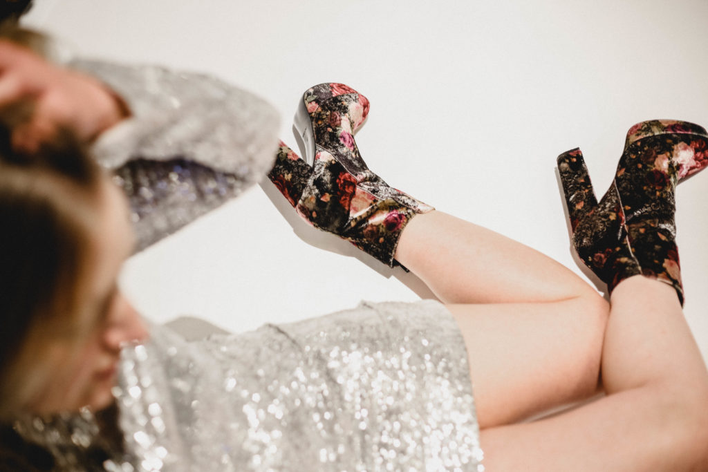 laura in der Badewanne mit Silvester Outfit und Mai Piu Senza Schuhe