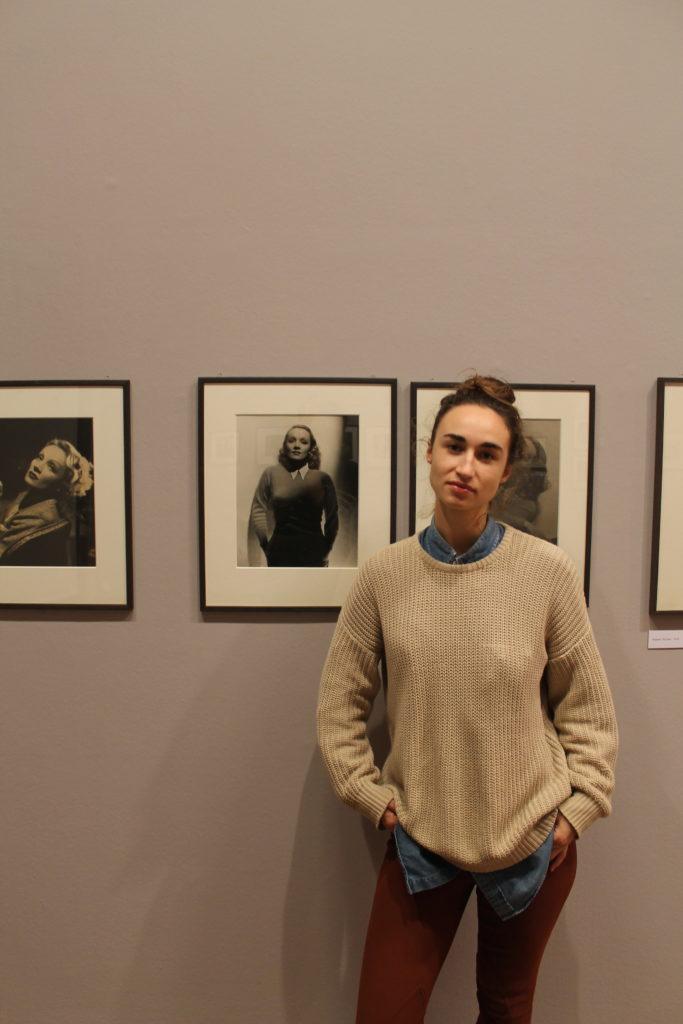 Autorin Lisa bei der Marlene Dietrich Ausstellung in Paris