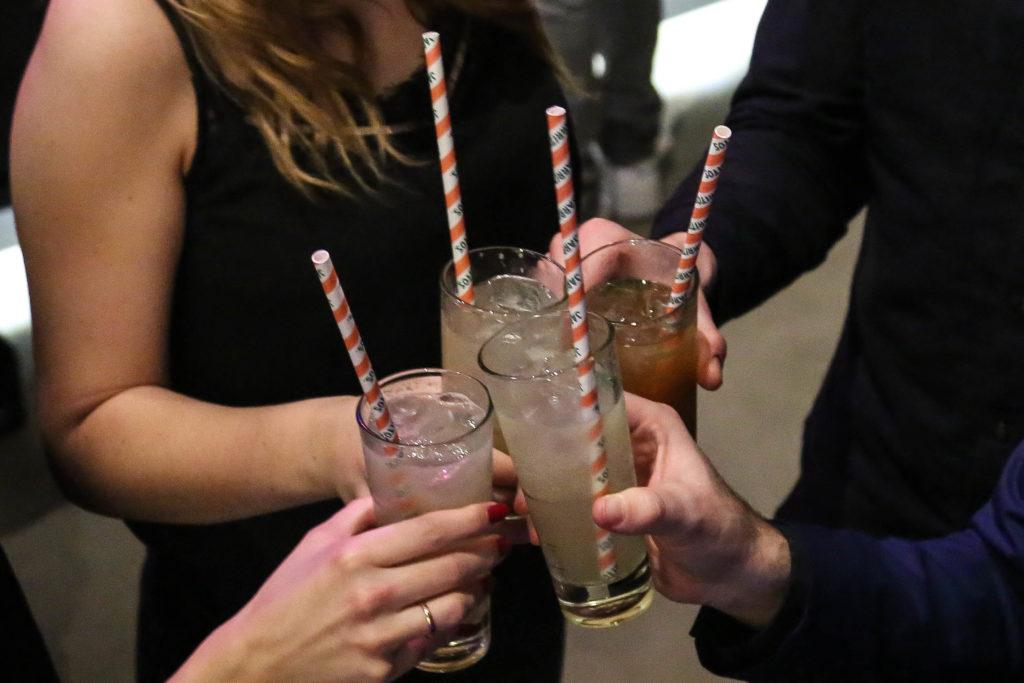 Drinks und Gäste auf der Launch Party von Overview Magazine