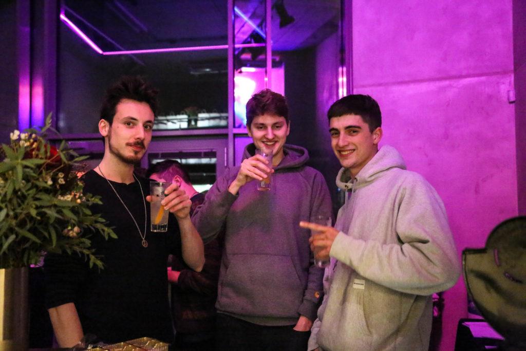 Gäste auf der Launch Party von Overview Magazine mit Drink