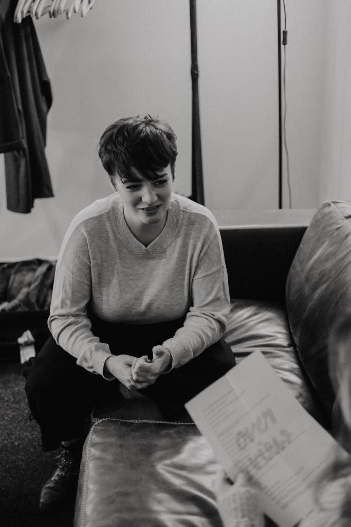 Die Sängerin der Band Louka beim Interview auf der Couch in Huxleys Neue Welt