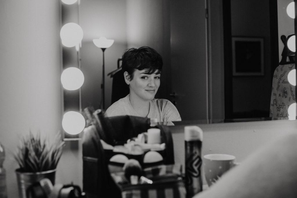 Die Sängerin der Band Louka beim Interview am Spiegel in Huxleys Neue Welt