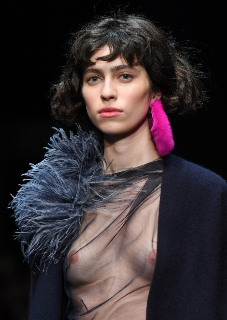 Runwaybild von einem braunhaarigen Model auf der Fashion Week in Berlin auf der Dawid Tomaszewski Show für die Kollektion Winter und Herbst 2018 und 2019