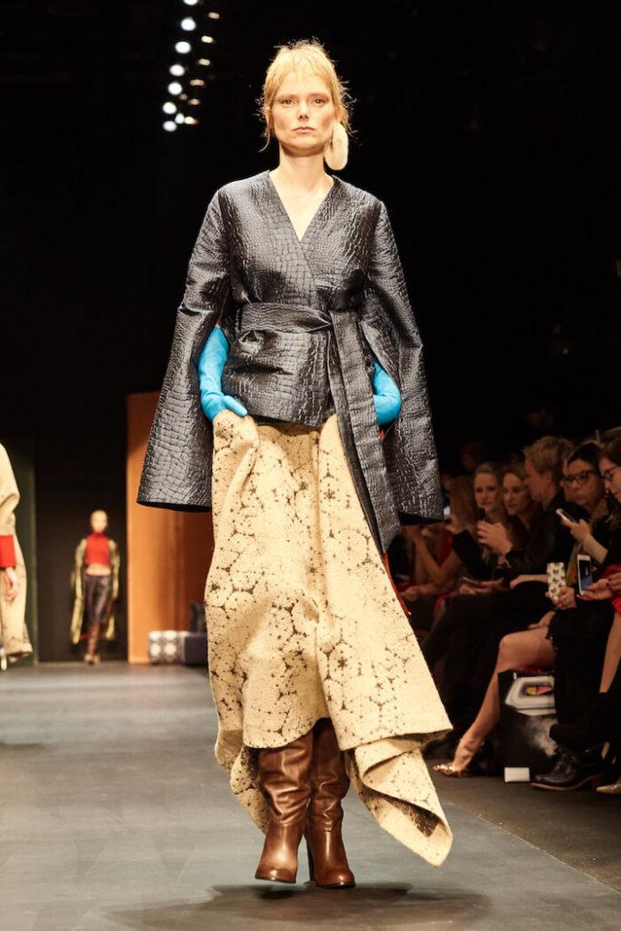 Runwaybild von einem blonden Model auf der Fashion Week in Berlin auf der Dawid Tomaszewski Show für die Kollektion Winter und Herbst 2018 und 2019