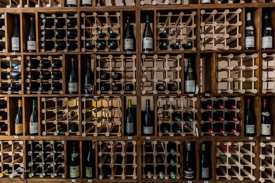 Weinregal bei Moniseur Bourgogne Weinladen