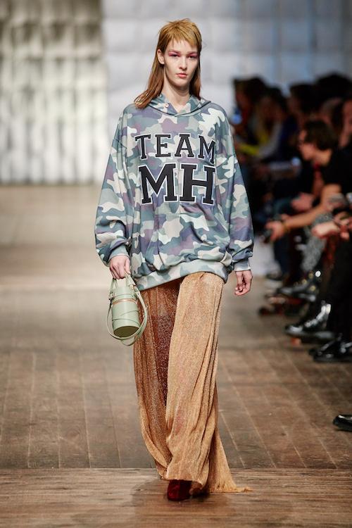 Model in Camouflage Hoodie auf der Marina Hoermanseder Fashionshow AW 2018/2019