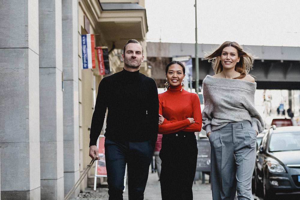 Die Agentur-Inhaber Jackie Hide, Olaf Minkus und Tanya Ernst auf der Straße vor ihrer Agentur