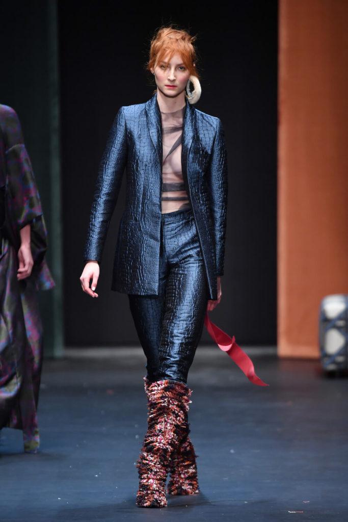 Runwaybild von einem rothaarigen Model auf der Fashion Week in Berlin auf der Dawid Tomaszewski Show für die Kollektion Winter und Herbst 2018 und 2019
