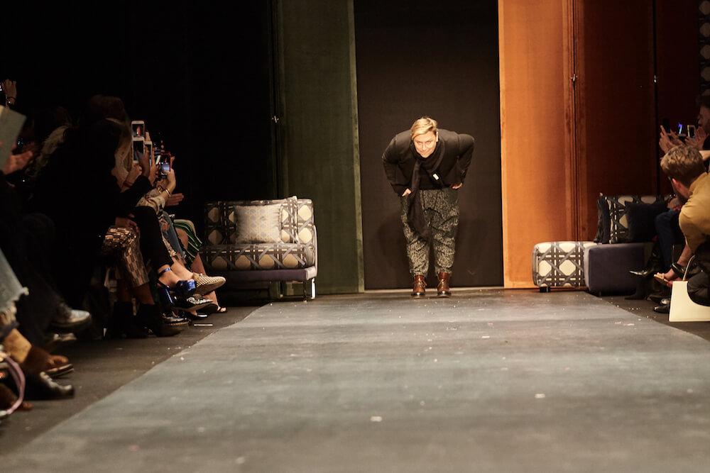 Finale der Show von Dawid Tomaszewski auf der Fashion Week in Berlin für die Kollektion Winter und Herbst 2018 und 2019. Dawid persönlich auf der Bühne mit Verbeugung.