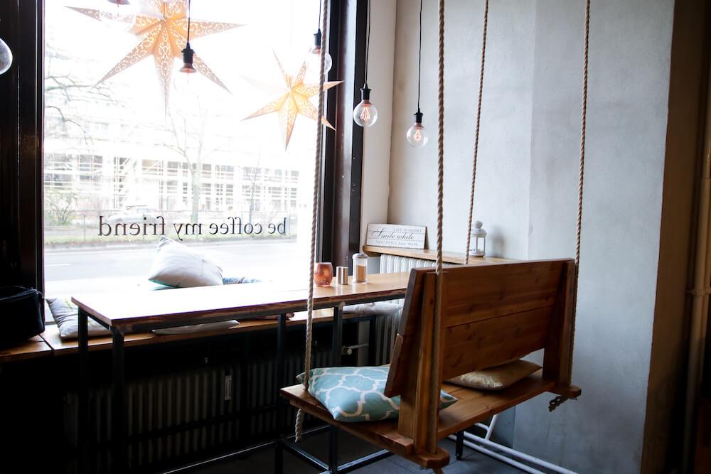 Schaukelsitz im Café Be Coffee My Friend in Berlin Kreuzberg