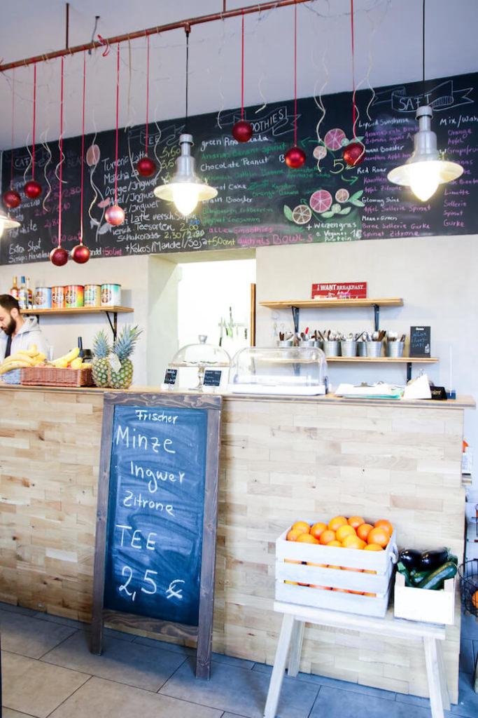 Tresen im Café Be Coffee My Friend in Berlin Kreuzberg