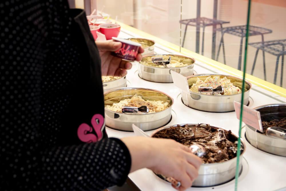 Der Keksteigtresen im Spooning Cookie Dough Laden in Berlin Mitte