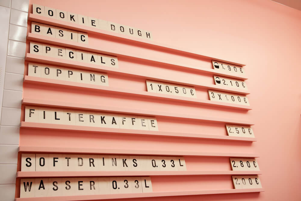 Preistafel im Spooning Cookie Dough Laden in Berlin Mitte