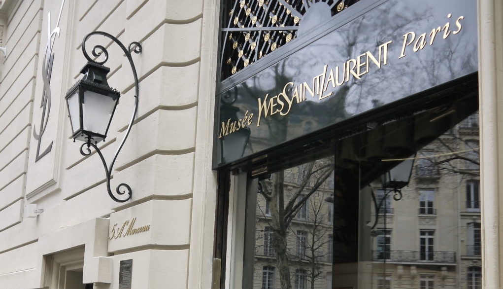 Eingang des Yves Saint Laurent Museums in Paris