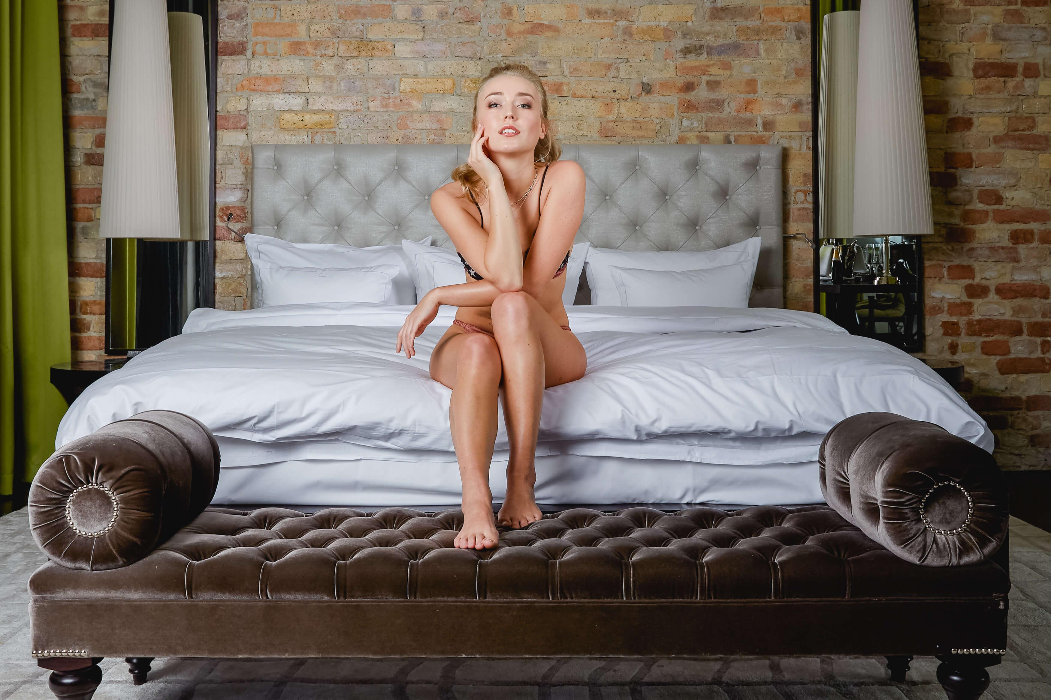Bloggerin Luise Morgen vom Blog Kleinstadtcarrie in einem Dessous von Love Stores Intimates sitzend auf der Bettjkante