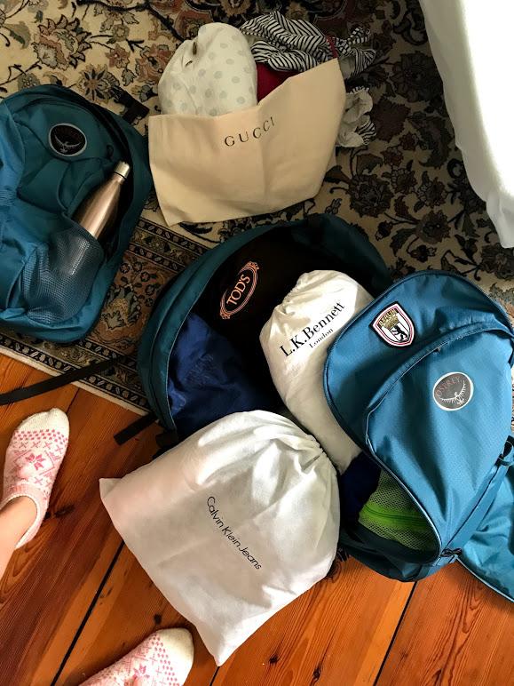Hannah packt ihren Osprey Rucksack