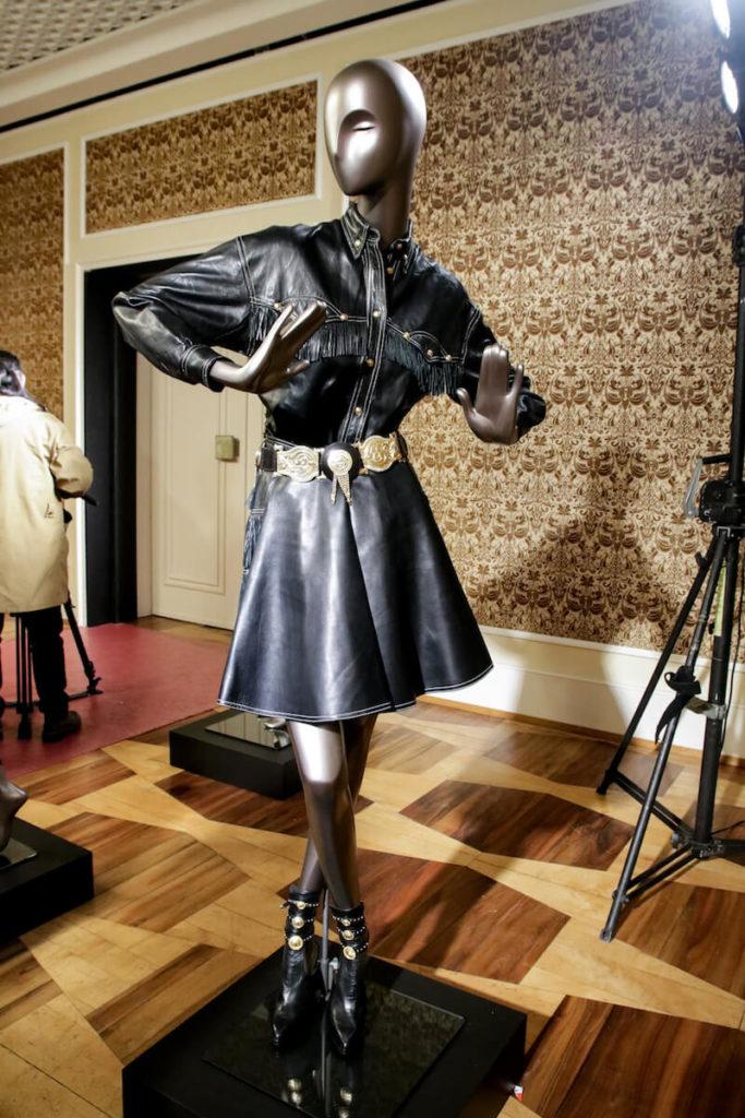 Countrykleid in schwarzen Leder auf der Gianni Versace Retrospective Ausstellung in Berlin 2018