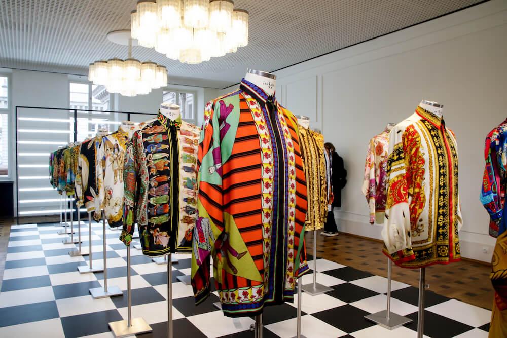 Bunte Männerhemden auf der Gianni Versace Retrospective Ausstellung in Berlin 2018