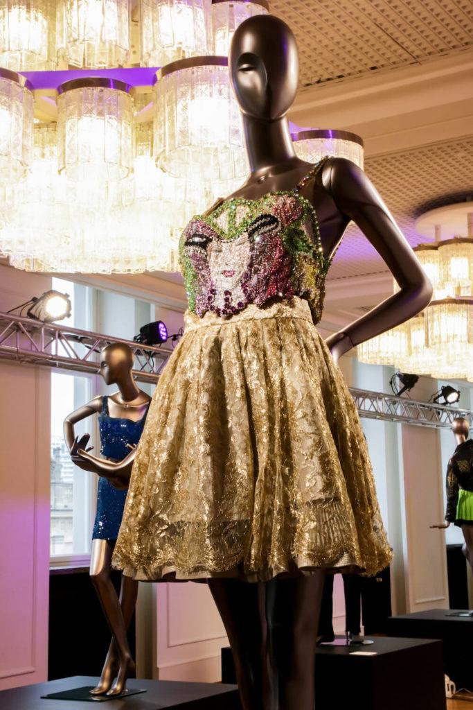 Swarowsky-Kleid in Gold auf der Gianni Versace Retrospective Ausstellung in Berlin 2018
