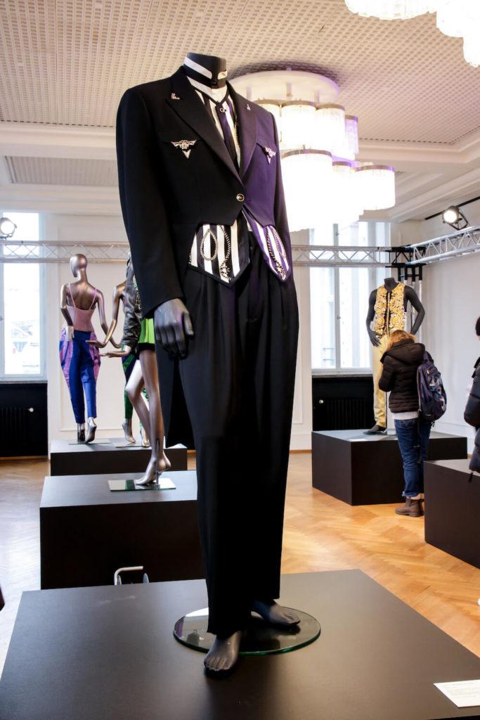Hochzeitsanzug von String hergestellt von Versace auf der Gianni Versace Retrospective Ausstellung in Berlin 2018