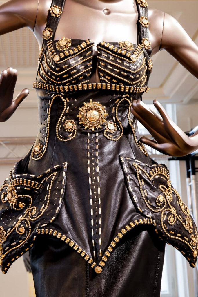 Lederkleid von Naomi Campbell auf der Gianni Versace Retrospective Ausstellung in Berlin 2018