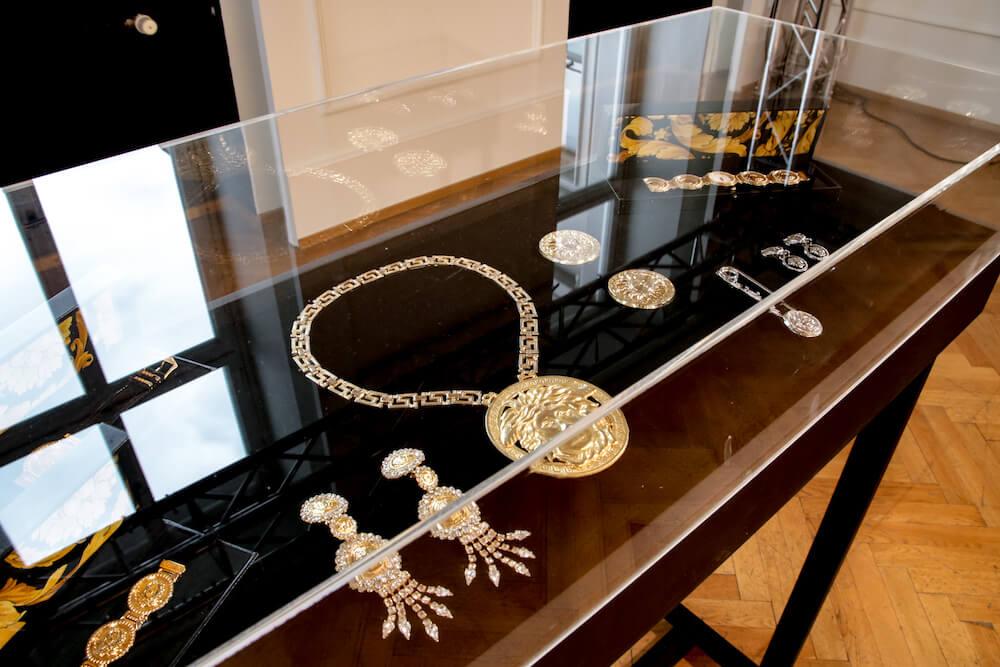 Schmuck auf der Gianni Versace Retrospective Ausstellung in Berlin 2018