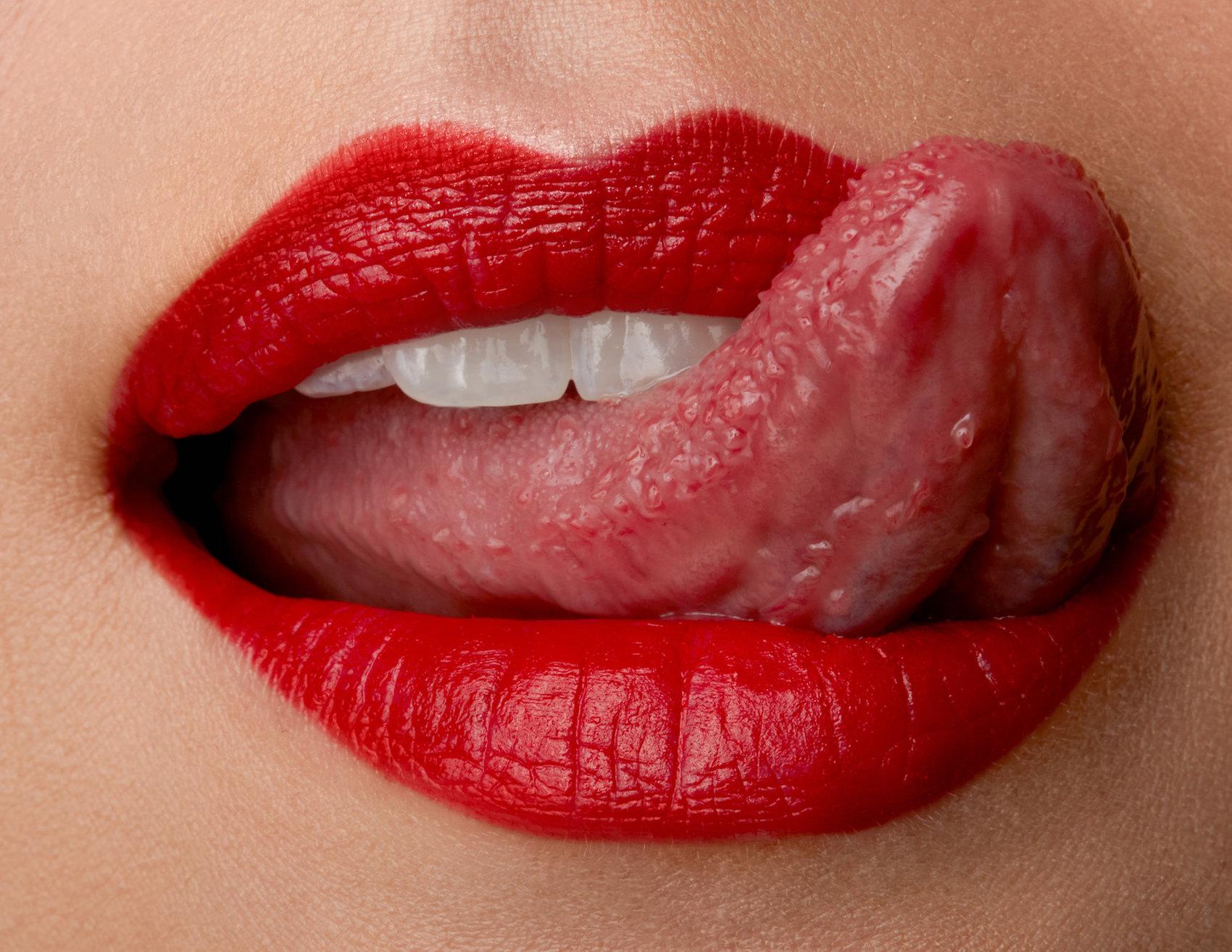 Lippen angemalt mit einem roten Lippenstift von Mac Cosmetics