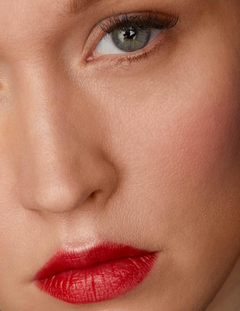 Lippen angemalt mit einem roten Lippenstift von Chanel
