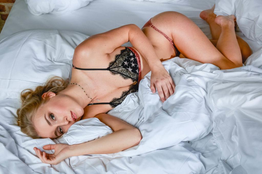 Bloggerin Luise Morgen vom Blog Kleinstadtcarrie in einem Dessous von Love Stores Intimates liegend im Bett