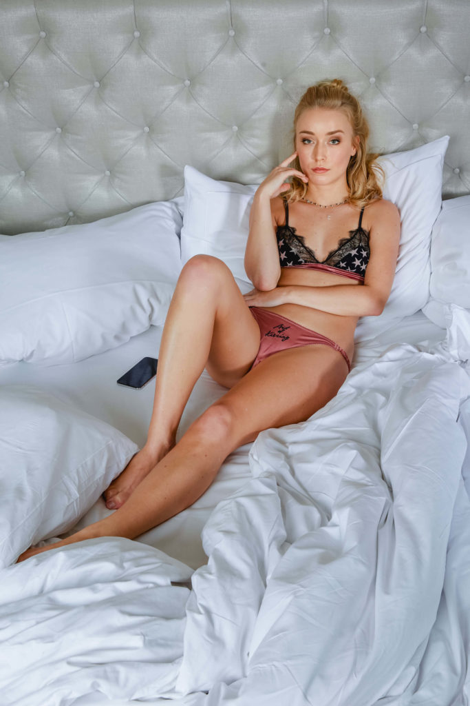 Bloggerin Luise Morgen vom Blog Kleinstadtcarrie in einem Dessous von Love Stores Intimates im Bett