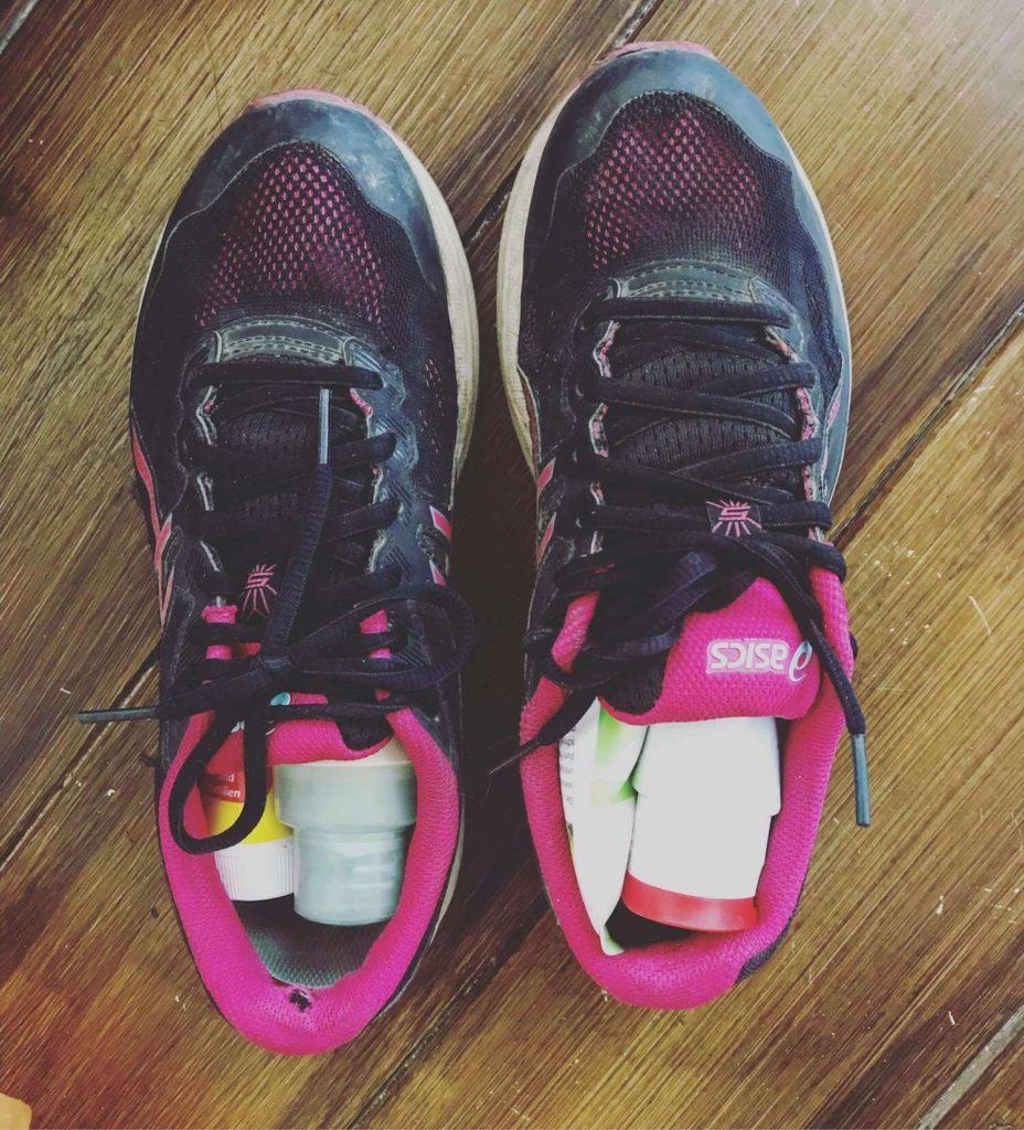 Editorin Hannahs Schuhe als Packhilfe. Hannah verrät ihre backpacking packtipps