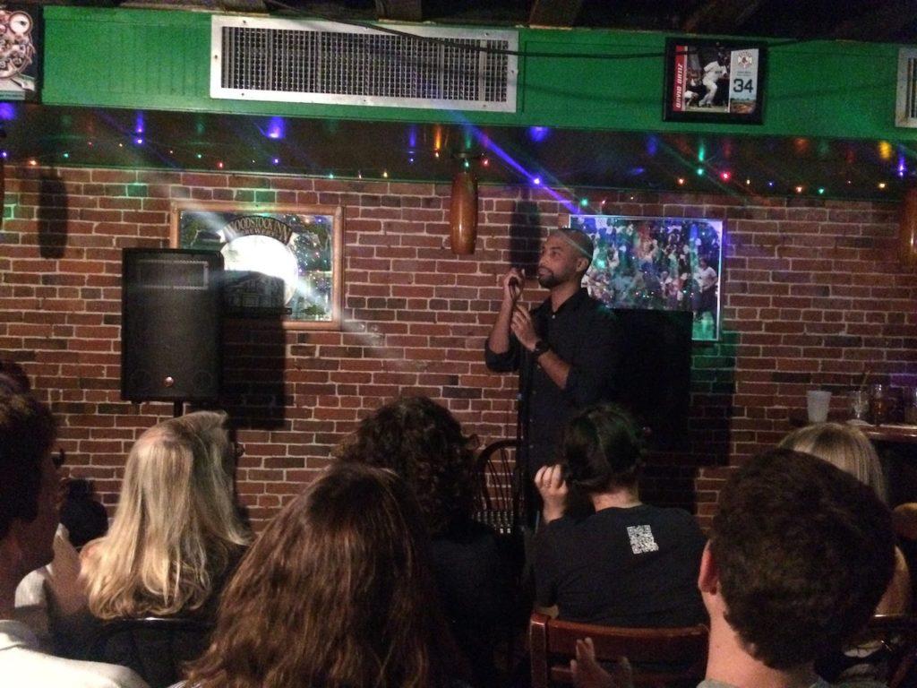 Reisebericht über Boston. Hier ein Bild in einem Comedy Club in Boston.