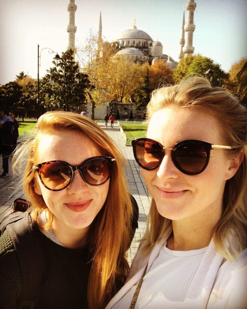 Editorin Hannah mit einer Freundin in Istanbul.