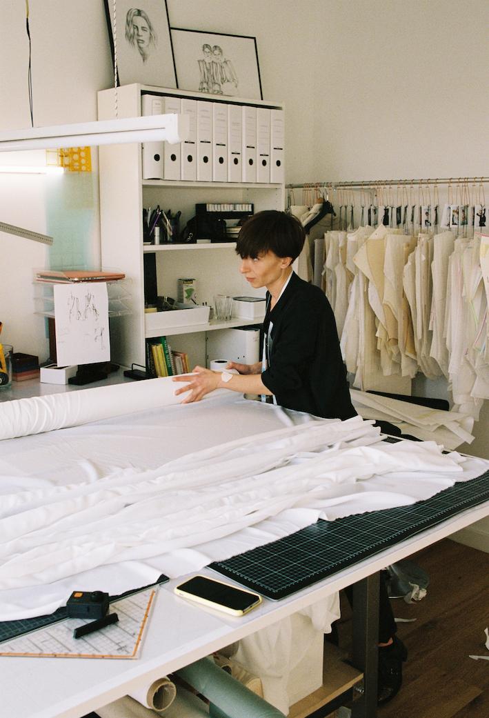 Modedesignerin Marina Schwan im Atelier