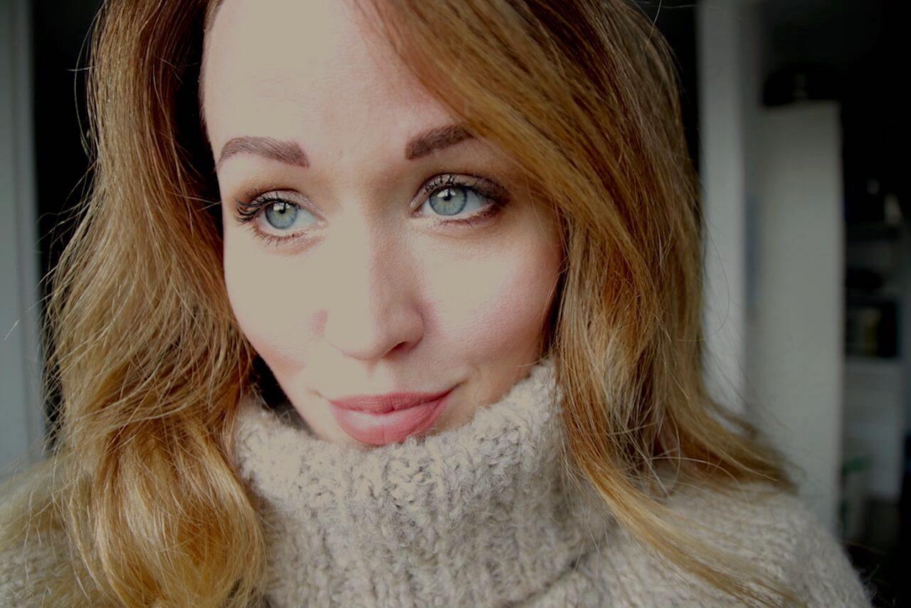 Permanant Make-up versus Microblading. Redakteurin Jen hat den test gewagt. Ein Bild der Redakteurin mit gestochenen Augenbrauen.