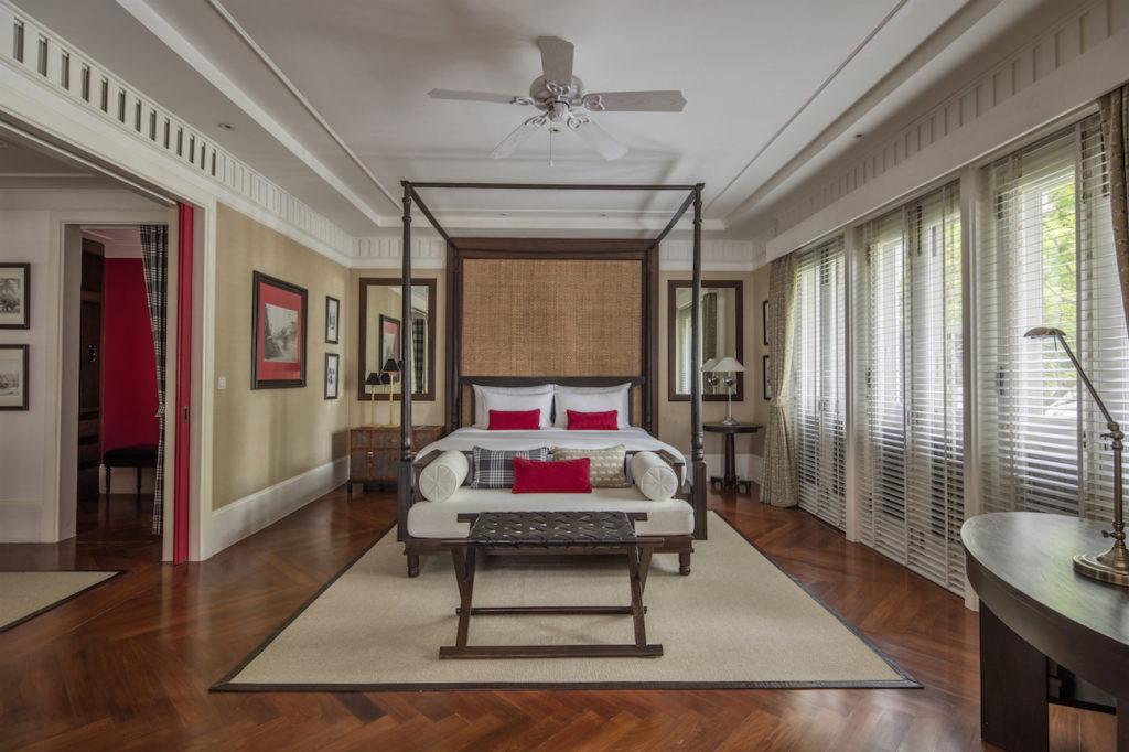 Elegantes Hotelzimmer in dunkelbraun und viel Holzelementen