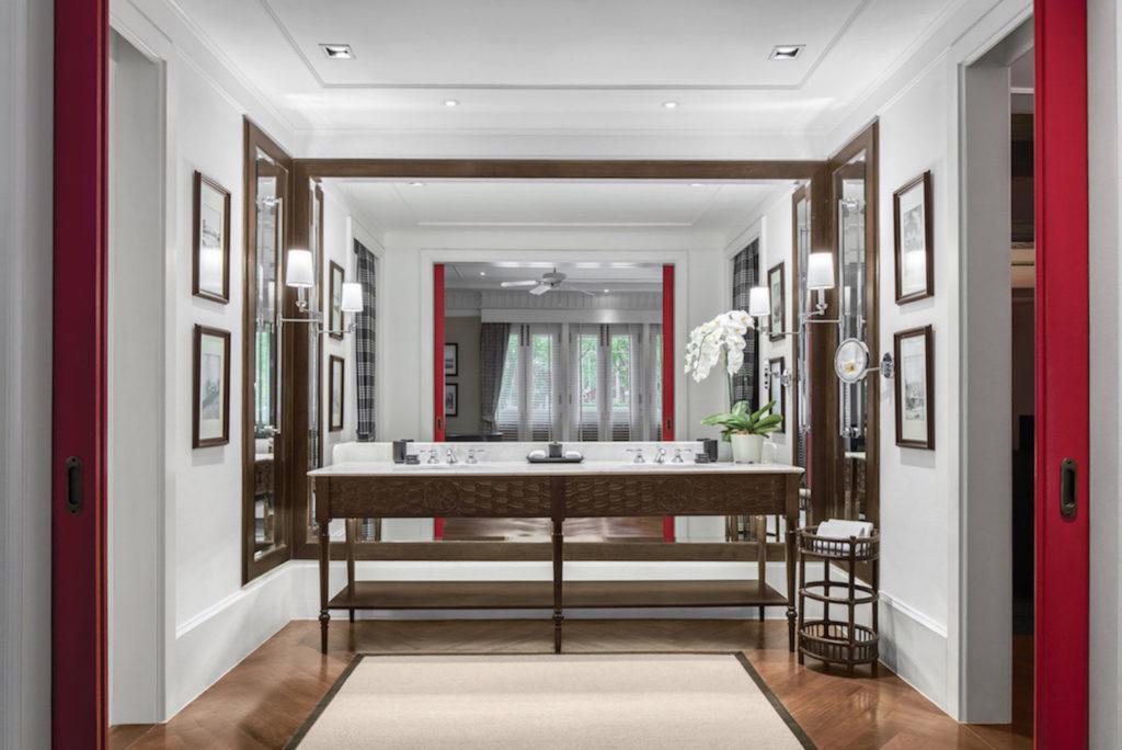 Luxuriöses Badezimmer in dunkelbraun und viel Holzelementen