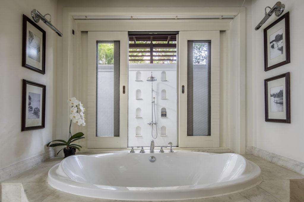 Luxuriöses Badezimmer mit Whirlpool und Außendusche