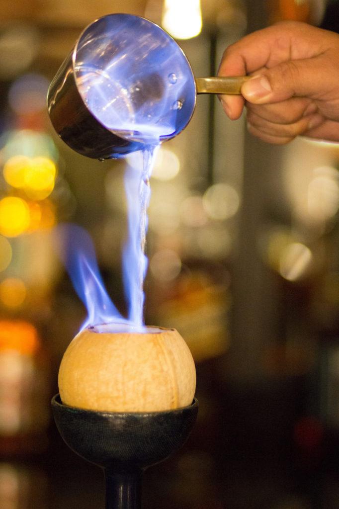 Ein alkoholisches Getränk mit Kokosnuss