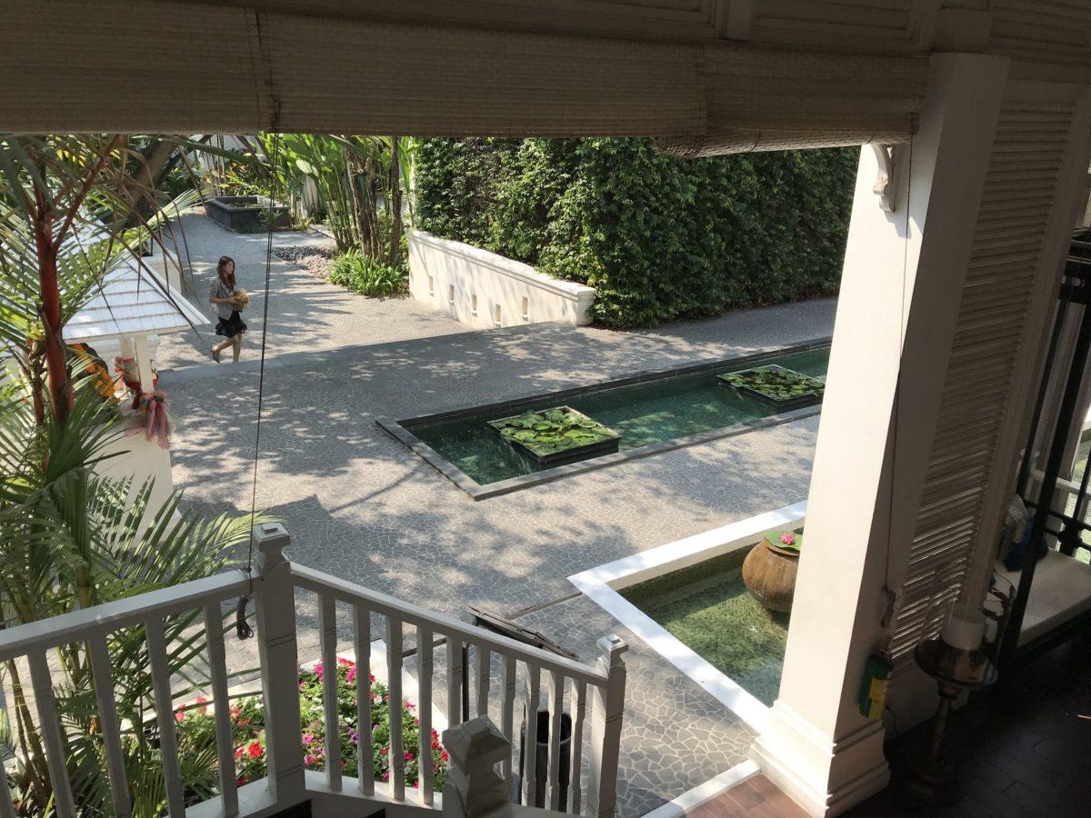 Hotelhof Gartenbereich mit Teich Chiang Mai Thailand
